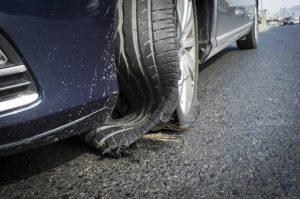 Na sliki je počena avtomobilska pnevmatika.